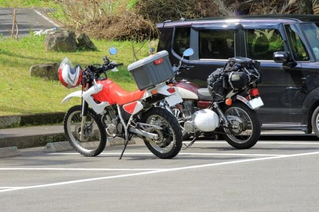バイクは駐車場or駐輪場、どっちに停めるべき?